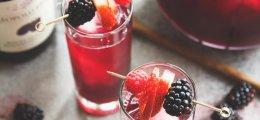 Cóctel de vino tinto, moras y jengibre